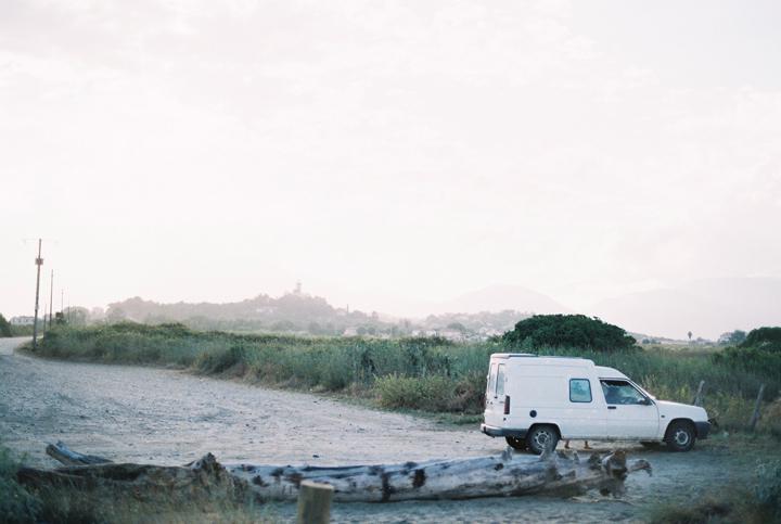 auto_zaparkovane_pri_plazi