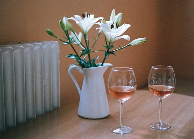 biele_lalie_ruzove_vino