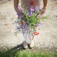 S kyticou lúčnych kvetov