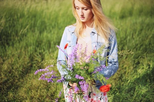 zena-s-lucnymi-kvetmi