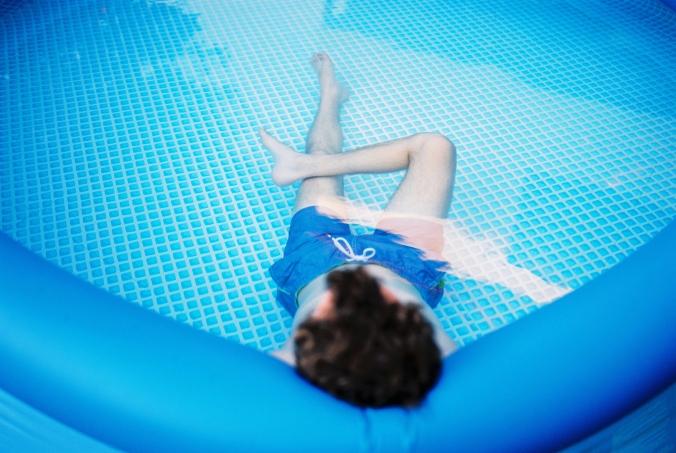 v-modrom-bazene